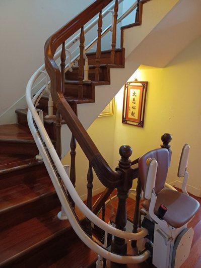 我們決定在樓梯間裝升降椅,雖然所費不眥,但比起買一間電梯房還是划算。圖╱熊美惠提供
