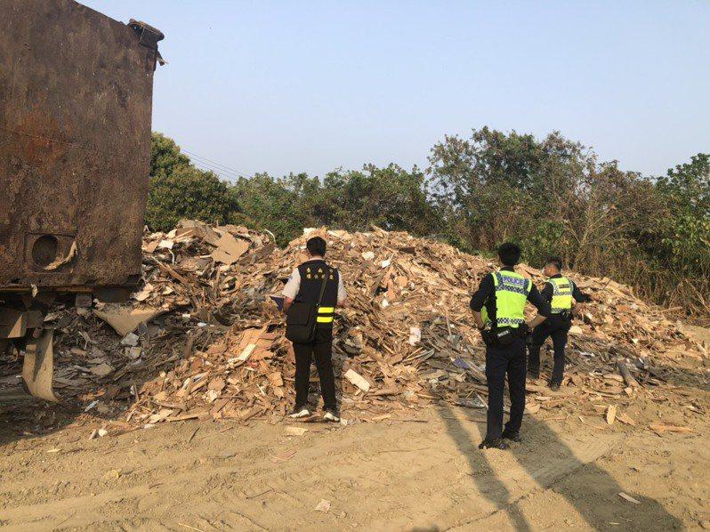 不肖業者南北流竄,跨縣市偷倒廢棄物嚴重,台南市環警在白河山區查獲偷倒建築廢棄物。圖/台南市環保局提供