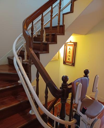 我們決定在樓梯間裝升降椅,雖然所費不眥,但比起買一間電梯房還是划算。圖╱熊美惠提...