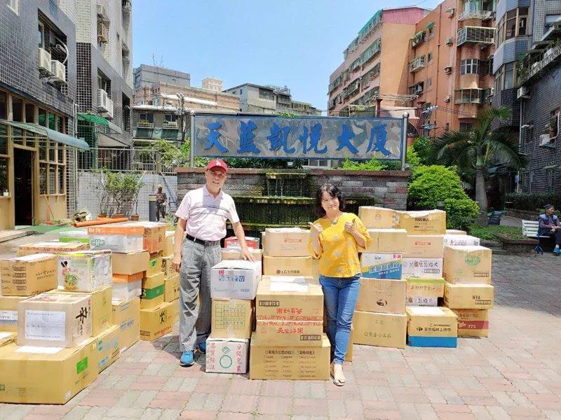新北市板橋國小退休教師李聰任與太太林淑瑤,在2年半的期間,共捐贈金門5次書籍,送...