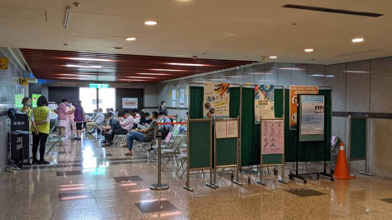 台大醫院今開放新冠疫苗自費接種首日,門診外加設等候區。記者邱宜君/攝影