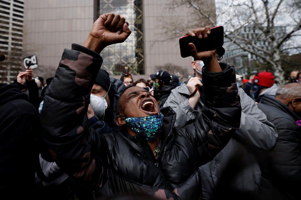 圖為聽到審判結果後,難掩激動心情的民眾。  圖/路透社