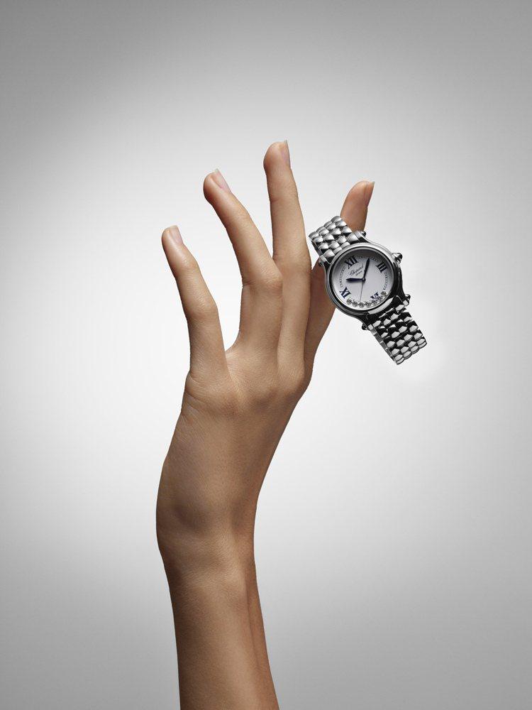 Happy Sport the First腕錶的錶殼經重新設計成直徑33毫米的尺...