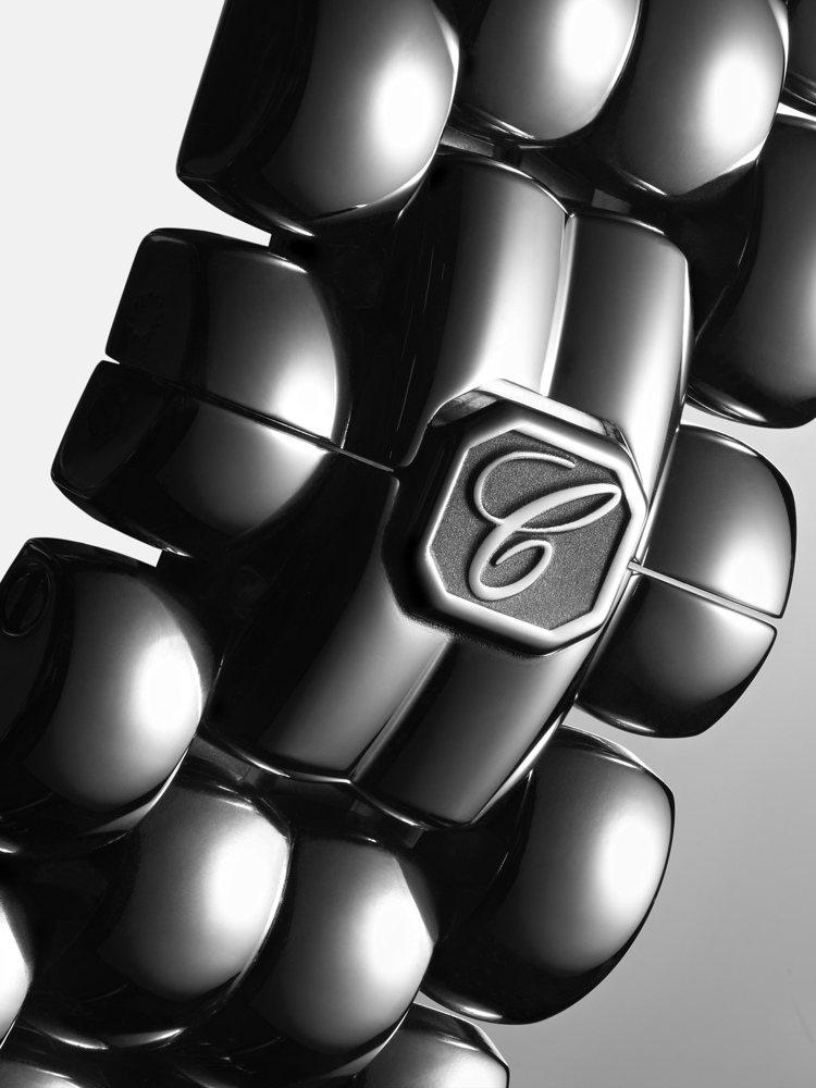 四排「鵝卵石形」鍊節組成的靈活錶鍊,每顆鵝卵石鍊節皆經過精心打磨。 圖/蕭邦 提...