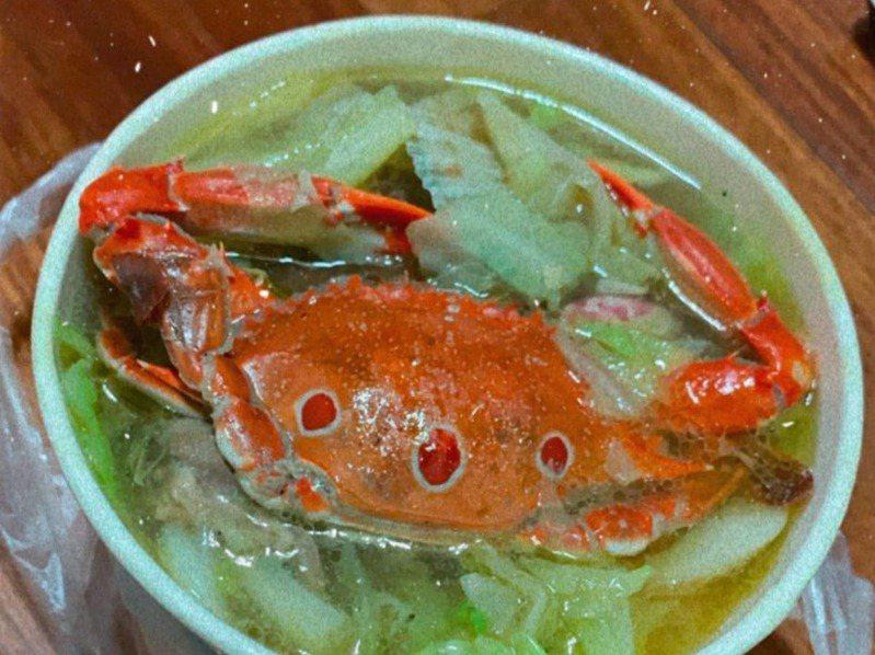 80元的海鮮麵配料竟有全蟹,網友直呼超值。圖擷自《爆怨2公社》