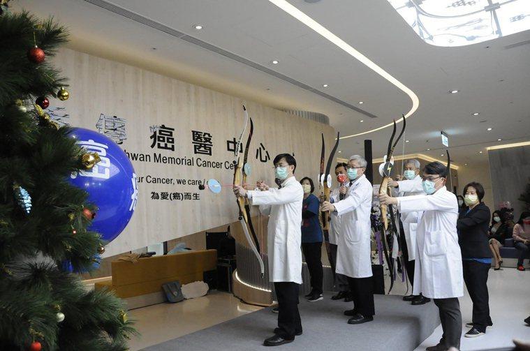 秀傳癌醫中心2020年12月底開幕,醫療團隊齊心以弓箭瞄準癌症靶心,象徵提供精準...