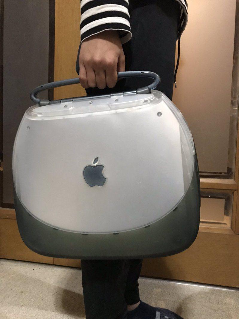 日本作家早坂龍分享家裡珍藏的20年前的蘋果電腦,復古設計引起網友熱議。圖/取自Twitter