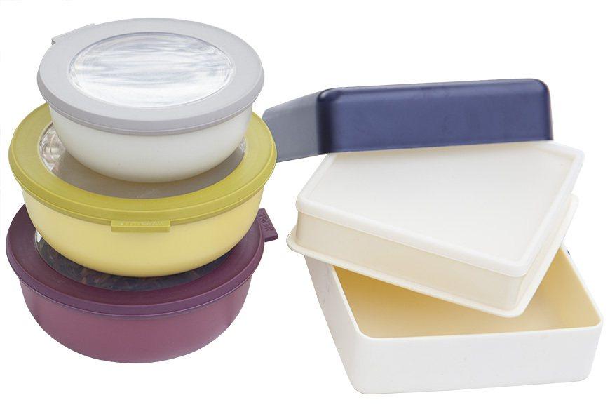 野餐料理除了飲品,盡量減少湯湯水水,可以選擇可密封的收納盒來盛裝食物外,也方便疊...