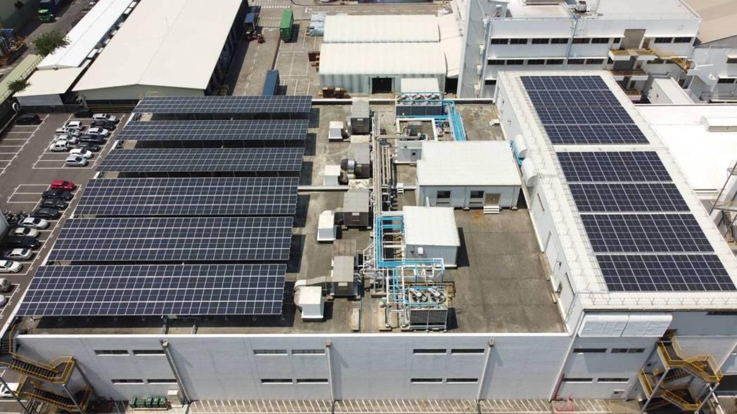 妙而舒紙尿褲廠房屋頂太陽能發電模組照片。 圖/花王提供