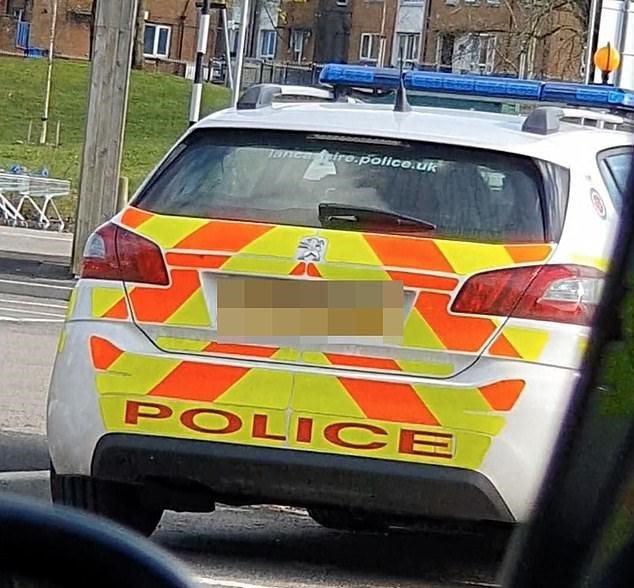 員警被民眾目擊在巡邏車內親熱20分鐘。圖/取自dailymail