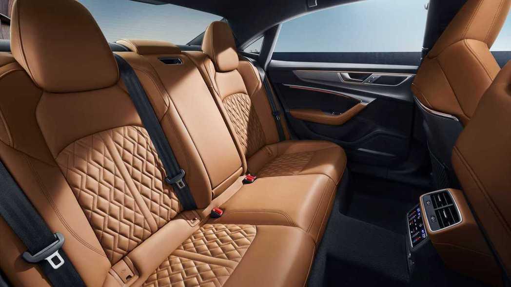 由於軸距增加,A7L後排腿部空間也就大大提升。 摘自Audi