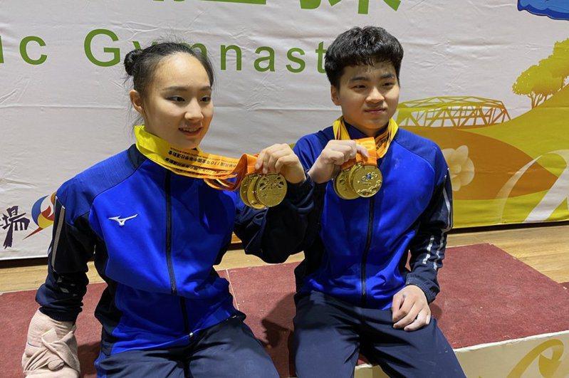三重高中體操好手丁華恬(左)和莊佳龍全中運各有4金在手。 記者曾思儒/攝影