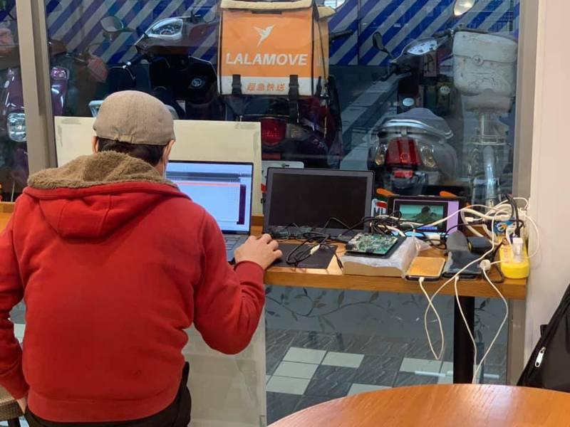 有網友在超商拍到有人在顧客用餐座位區,自備多孔延長線接電充7樣3C產品。 圖/翻攝自臉書公開社團「路上觀察學院」