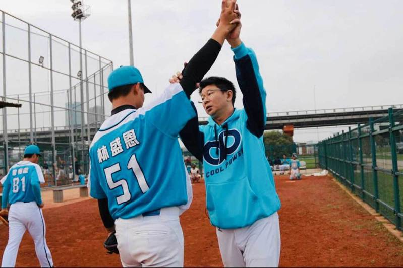 穀保家商青棒隊總教練周宗志(右)對於訓練投手有獨到見解。 周宗志/提供