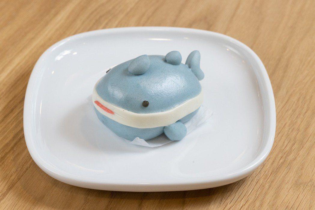 獨家販售鯊魚布偶造型的「芝麻鯊鯊包」。圖/沈昱嘉攝影