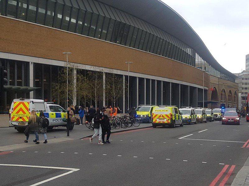 因為在列車車廂發現可疑物品,英國警方21日淨空倫敦橋站,所有原定駛往該站的列車全都改道。圖擷自推特