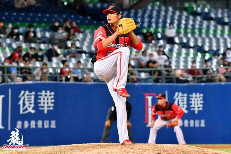 王維中要將中職第一顆勝投球獻給媽媽。 截圖自味全龍官方粉絲團