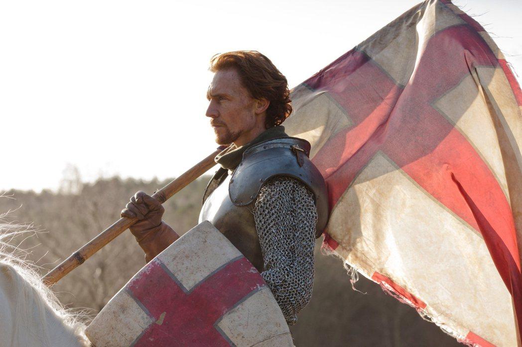 圖為飾演亨利五世的湯姆·希德斯頓,紀錄亨利五世如何率領士兵,以以寡敵眾的方式拿下...