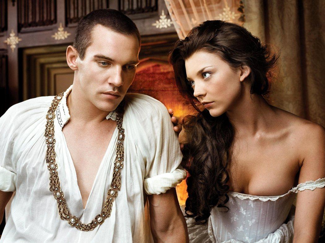 同為歷史改編影集,相比起對歷史有一定考究的《王冠》,於2007年首播的《都鐸王朝...