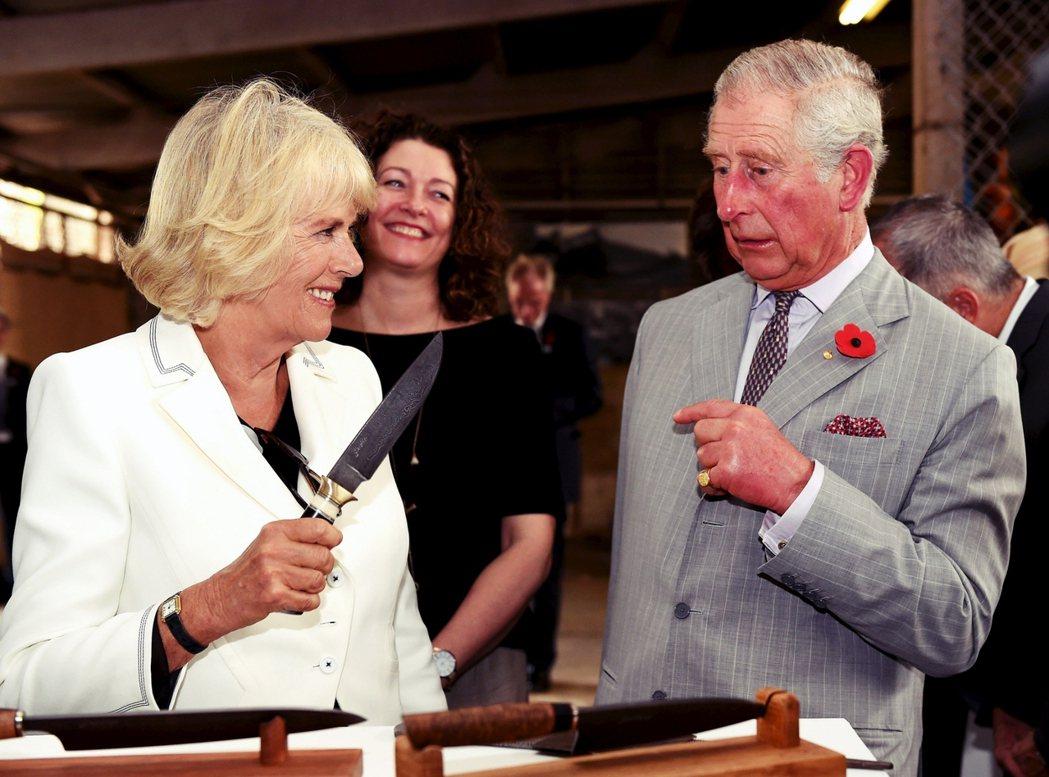 「小心你的刀子?」圖為查爾斯王子與卡米拉在2015年出訪澳洲的行程,剛好拍攝到當...