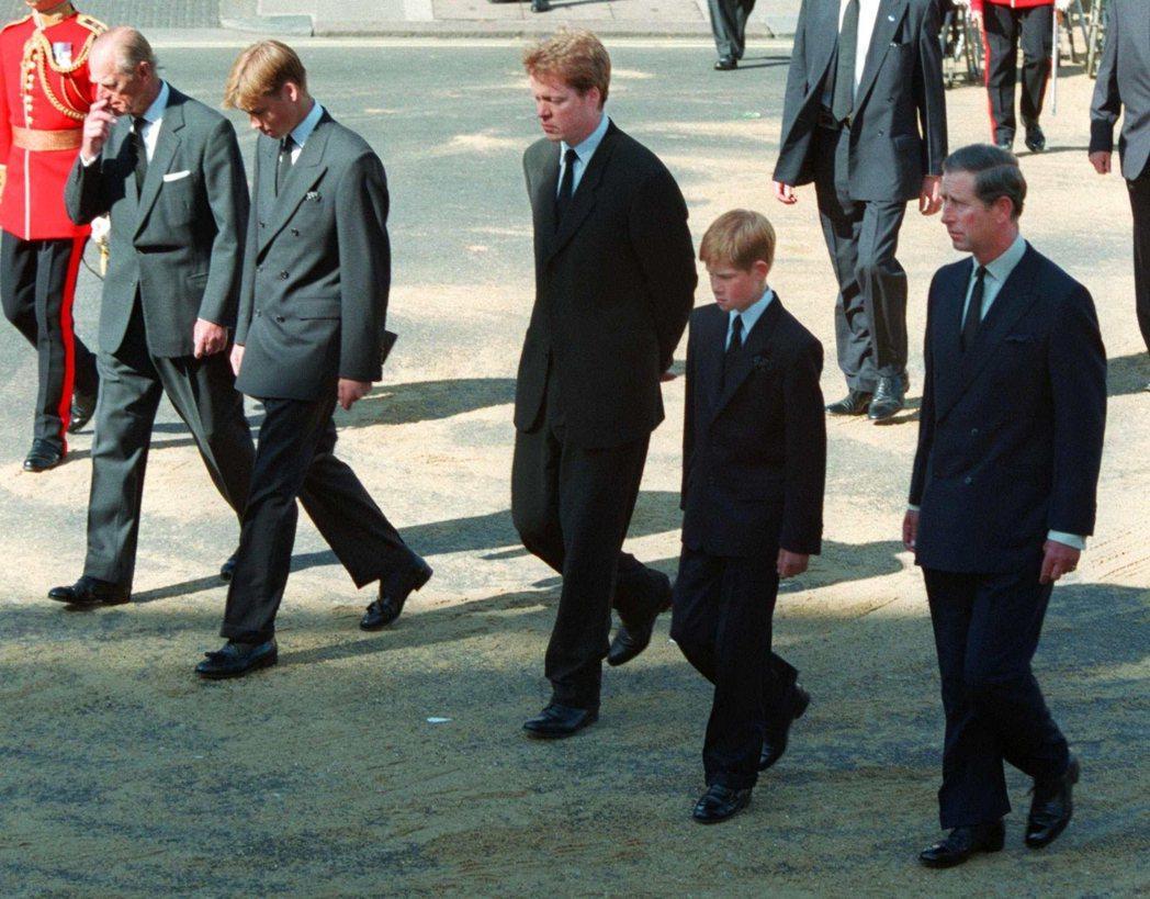 圖/美聯社:圖為1997年跟在黛安娜王妃靈柩後的查爾斯王子(右起)、哈利王子、黛...
