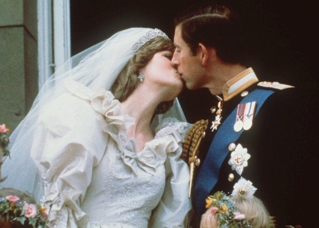 該如何拿捏真實與創作的界線是個大哉問,尤其《王冠》當中還描繪了皇室重要成員的婚外...