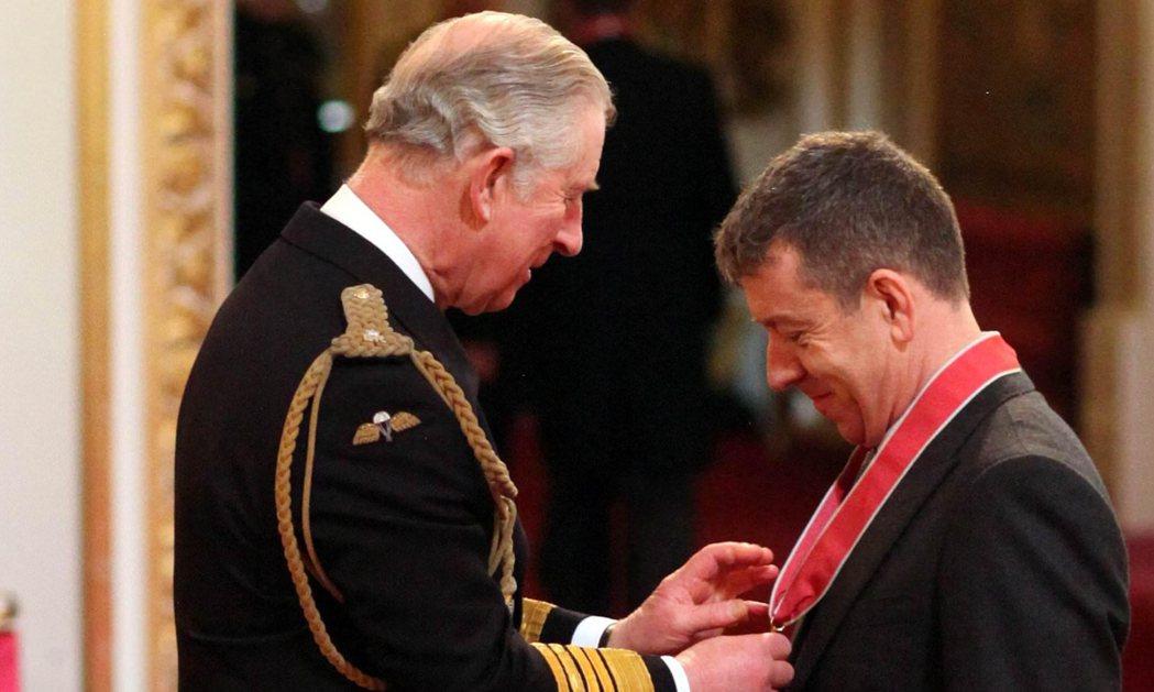 2015年,查爾斯王子替女王頒贈大英帝國司令勳章給Peter Morgan。...