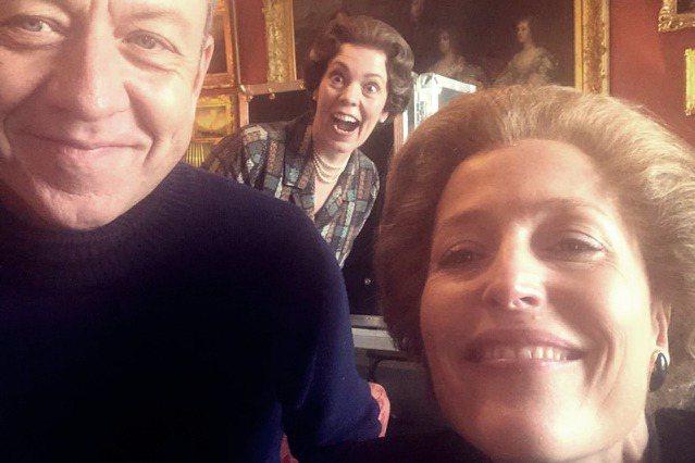 左起為編劇Peter Morgan、女王演員Olivia Colman、柴契爾夫...