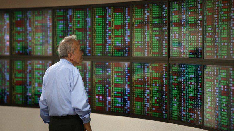 台股今(22)日驚爆超過6000億元天量,股民在股市社團熱議是否為崩盤前的節奏?公股行庫投顧董座說,股市有所謂的「量先價行」,但現在解讀要看「股齡」。圖為台股示意圖。記者林澔一/攝影