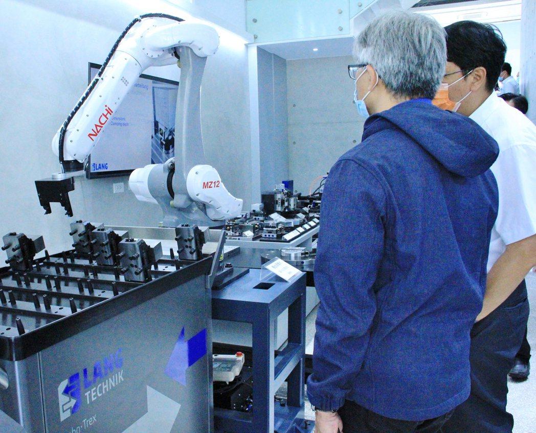 台灣那智不二越展出六軸機械手臂結合菱鵬貿易LANG零點定位快換系統的自動化夾具安...