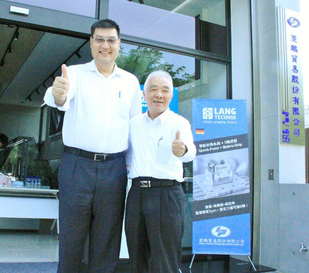 上博科技總經理謝尚亨(左)祝賀菱鵬貿易總經理游永祿(右)、新辦公室啟用與研討會成...