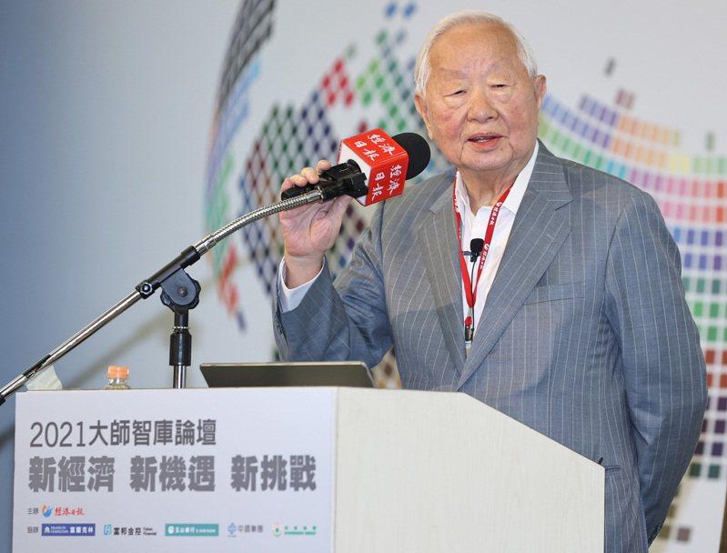 台積電創辦人張忠謀上午在經濟日報2021大師智庫論壇中,以「珍惜台灣半導體晶圓製造的優勢」為題演講。記者侯永全/攝影