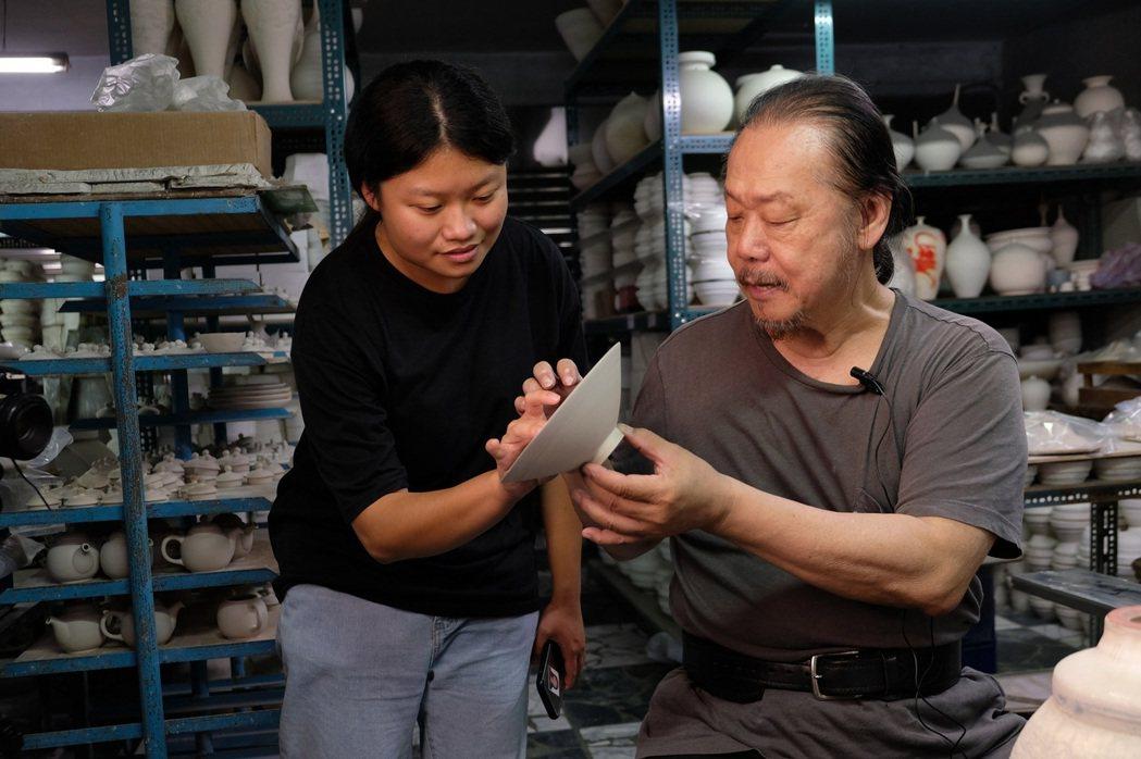 李存仁老師(右)向北科大文發系學生分享青花應用彩繪技法。 北科大/提供