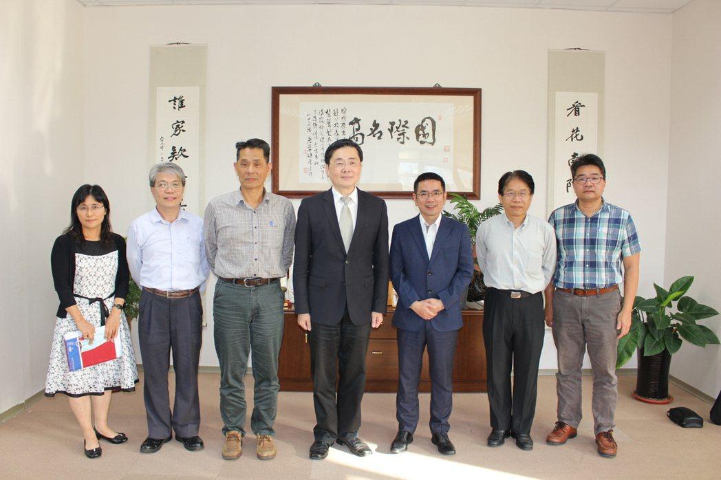 宜蘭市長江聰淵(右三)與東華大學與會人員合影。 東華大學/提供。