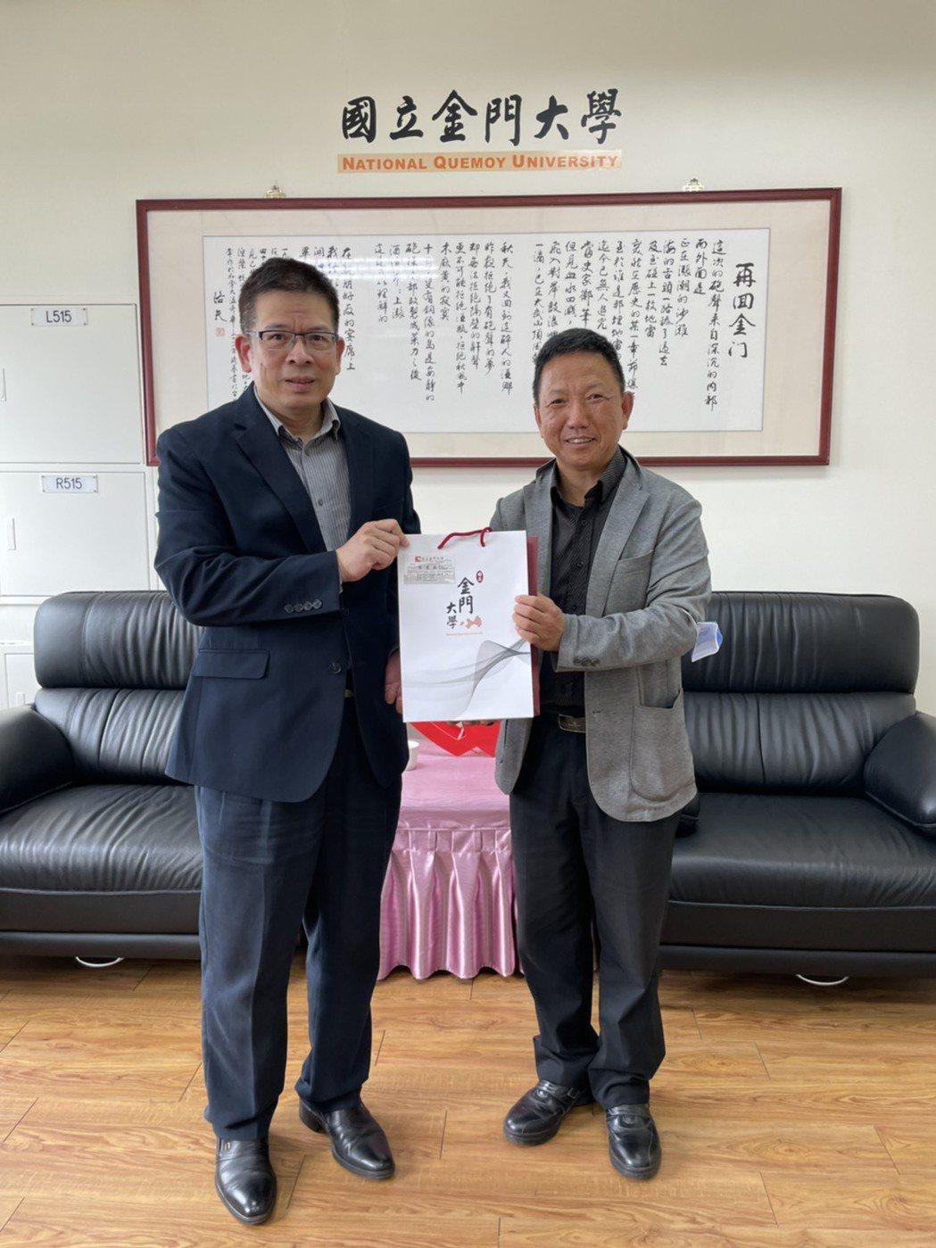 雄獅旅遊集團總經理陳碧松(右)、金門大學校長陳建民(左)合影。 金門大學/提供。