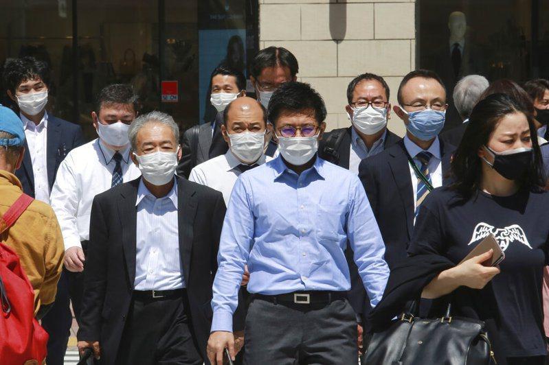 日本東京都正研擬籲請中央政府第三度發布緊急事態宣言,並想定實施期間為包含連假期間的4月29日至5月9日,盼遏止疫情擴散。 美聯社
