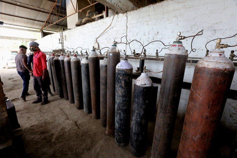 印度第2波疫情來勢洶洶,染疫和病歿人數都創新高,根據路透社報導,德里許多公立醫院通報剩下的氧氣量只能撐8到24小時,其他私人醫院更是僅存4到5小時的氧氣量。歐新社