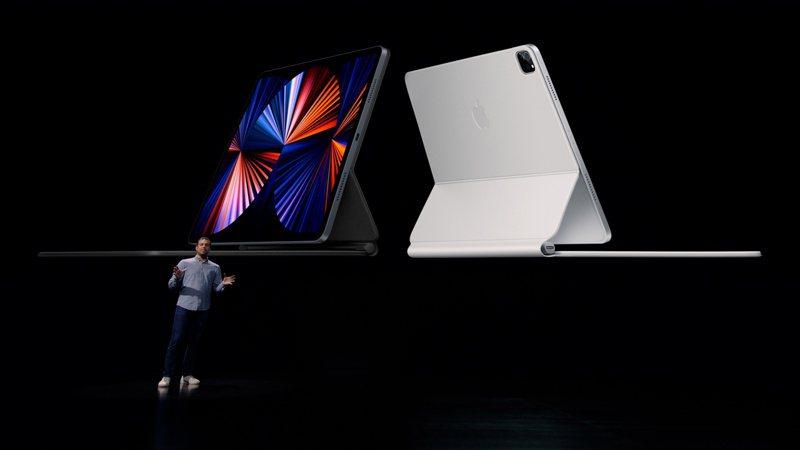 蘋果發表會今天推出搭載最新M1晶片的11吋和12.9吋iPad Pro新品,外資法人和陸媒推測12.9吋版由鴻海集團獨家組裝代工。 歐新社