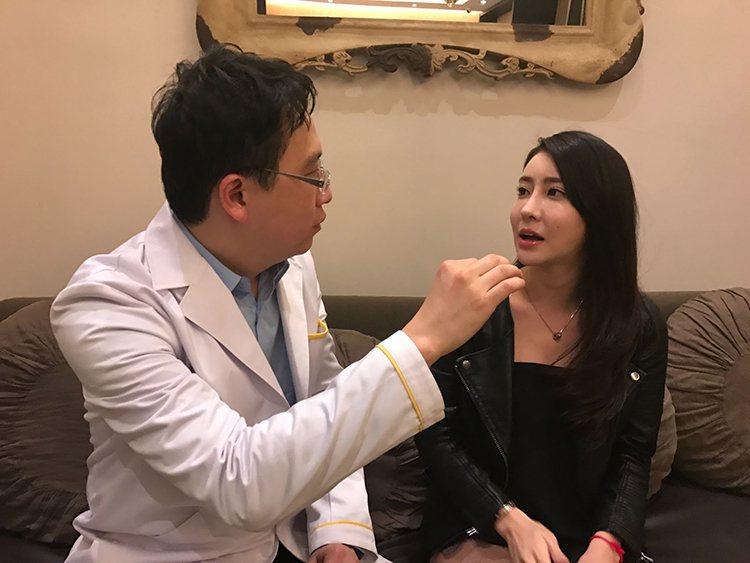 ▲新加坡女藝人(右)初次來台與隆鼻重修權威許英哲醫師(左)諮詢。(圖為萊佳形象美學診所提供)
