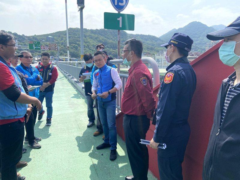 關渡大橋橋面道路的卻是凹凸不平,立委洪孟楷要求防水工程要盡快完工,還給用路人一條平坦且安全的道路。 圖/紅樹林有線電視提供