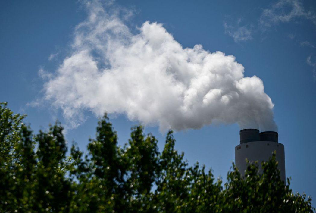 美國阿拉巴馬州米勒燃煤電廠十一日排放水蒸氣。國際能源總署警告,今年全球能源使用和...