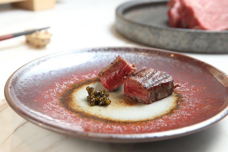 口感細緻的日本A5和牛夏多布里昂,搭配法國KAVIARI魚子醬品嚐。記者陳睿中/...