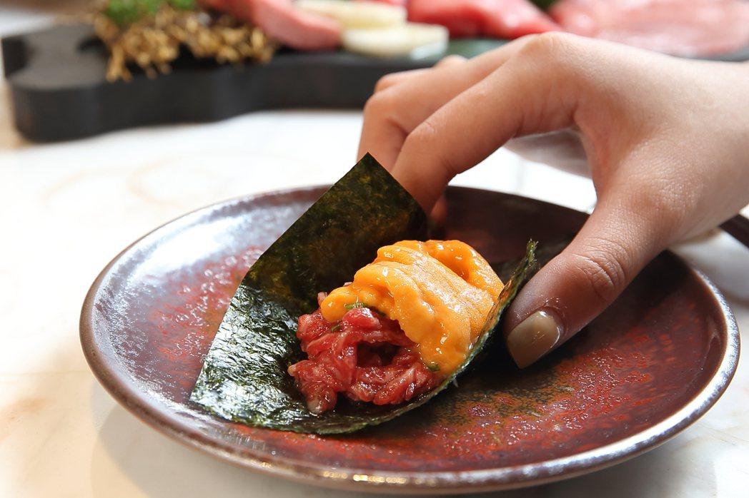 使用松阪和牛生腿肉搭配北海道赤上海膽所製成的和牛手捲。記者陳睿中/攝影
