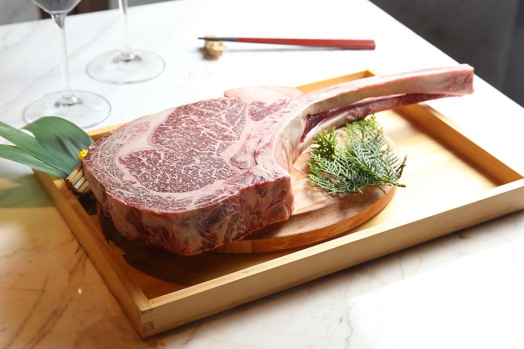 重達1.5公斤的「澳洲Blackmore 9+戰斧牛排」,乃是高雄店的獨家菜色。...