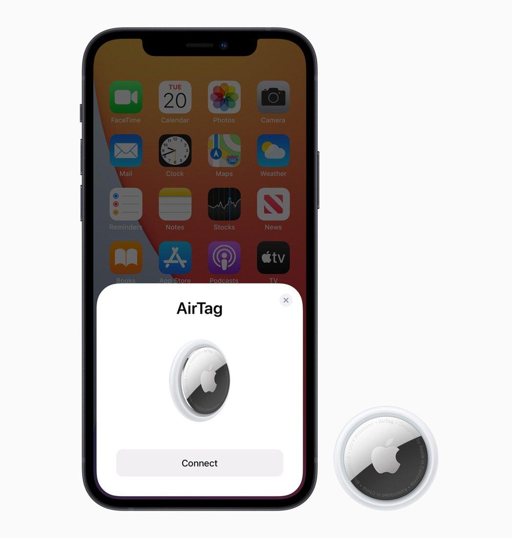 將AirTag靠近iPhone即可快速連接、設定名稱。圖/蘋果提供