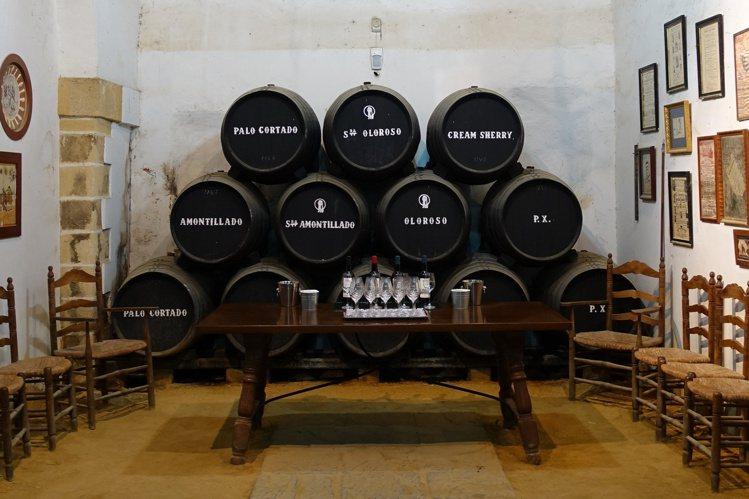 這張照片可以一窺堪稱「威迷心頭好」的西班牙雪莉桶之廬山真面目,每桶容量為500公...