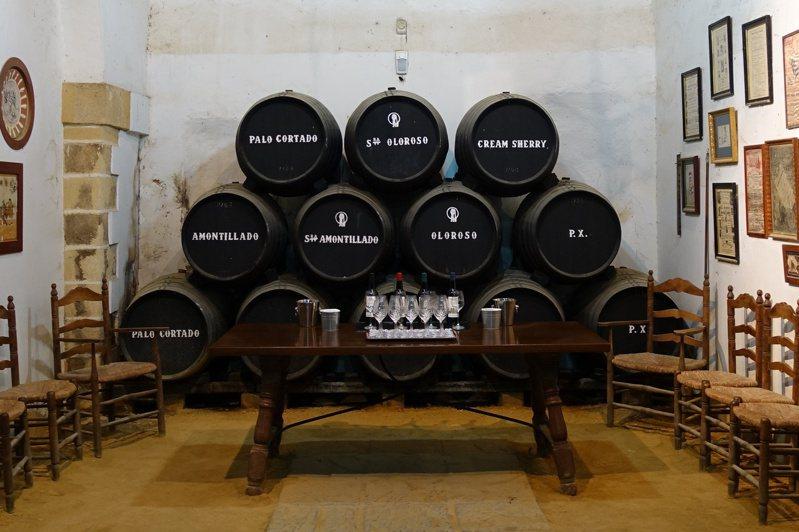 這張照片可以一窺堪稱「威迷心頭好」的西班牙雪莉桶之廬山真面目,每桶容量為500公升,桶中分別陳釀出Palo Cortado、Oloroso、PX…等不同類型的雪莉酒。圖/詹昌憲提供。