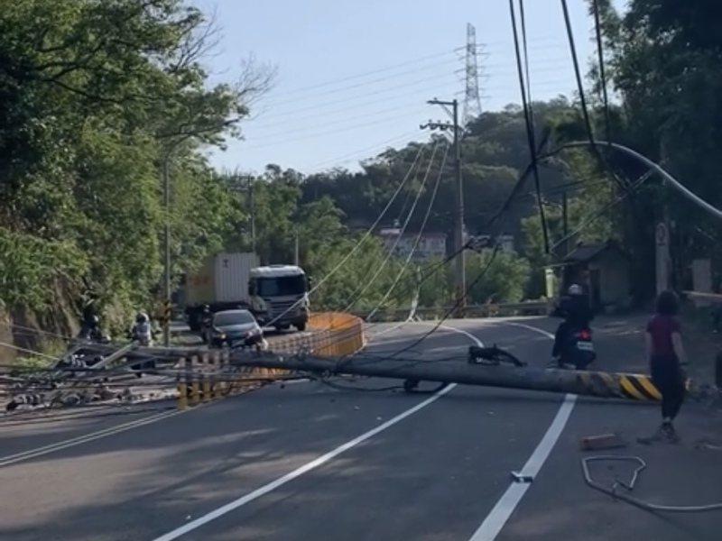 電線桿斷裂橫倒馬路,造成雙向交通無法通行。圖/翻攝自臉書「新埔人」