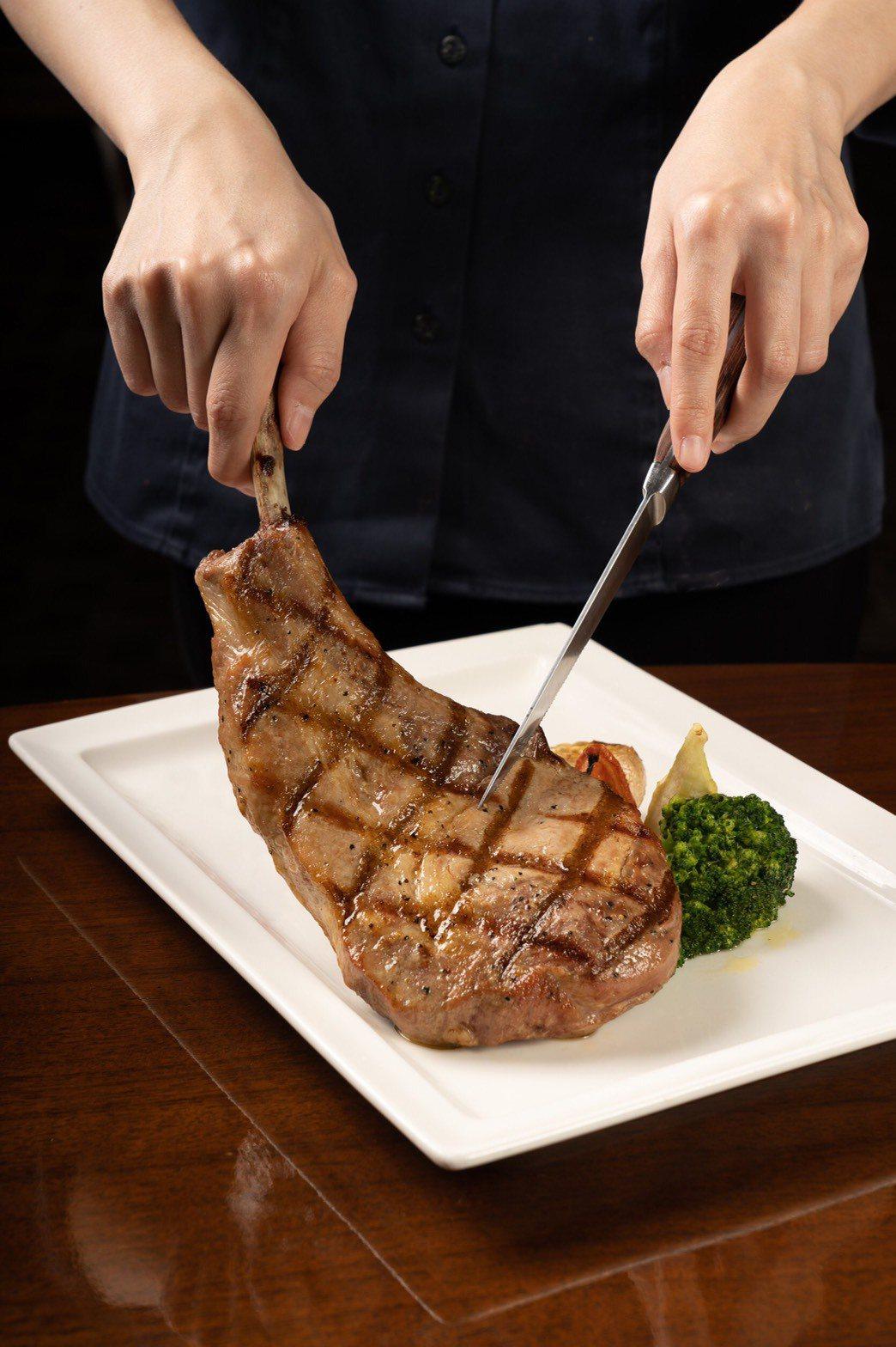 重量級戰斧豬排滋味,單點售價750元,搭配套餐980元。圖/義大皇家酒店提供