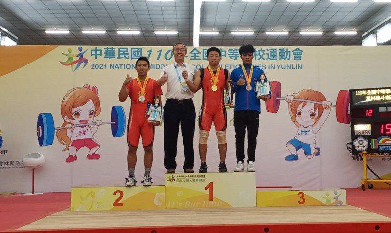 台南市玉井工商學生楊偉達(右二)在全中運高男組舉重73公斤級,雙創大會紀錄。圖/台南市體育處提供